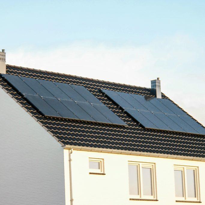 panneaux-solaires-fixes-sur-le-toit